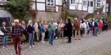 k-052 Aufmerksame Zuhörer vor der Künstlerklause